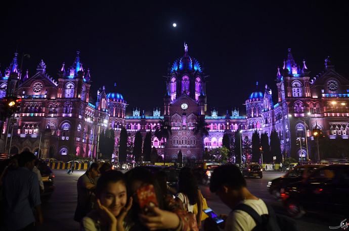 جشن سال نو هندی ها در شهر بمئی در مقابل ایستگاه راه آهن