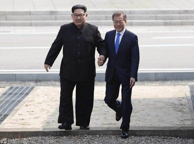 آنها با گذشتن از کنار گارد افتخار قدمزنان به سمت خانه صلح رفتند.