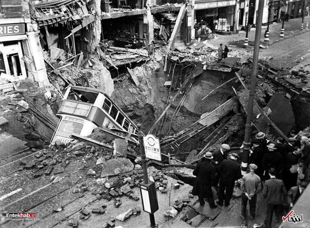 1940: سقوط یک اتوبوس به یک چاله بزرگ در لندن پس از بمباران بمب افکن های آلمانی