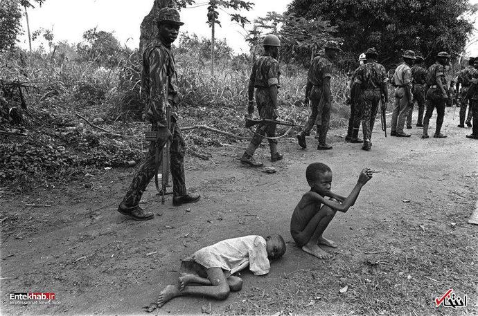 عبور نیروهای فدرال نیجریه از کنار چند کودک در حال مرگ از گرسنگی و سوءتغذیه