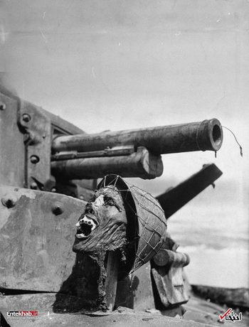1 فوریه 1943: سر بریده یک سرباز ژاپنی روی لاشه یک تانک ژاپنی