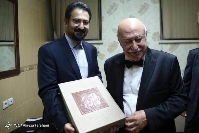 سیدمجتبی حسینی در حال تقدیم هدیه وزیر فرهنگ و ارشاد اسلامی به فرهاد فخرالدینی