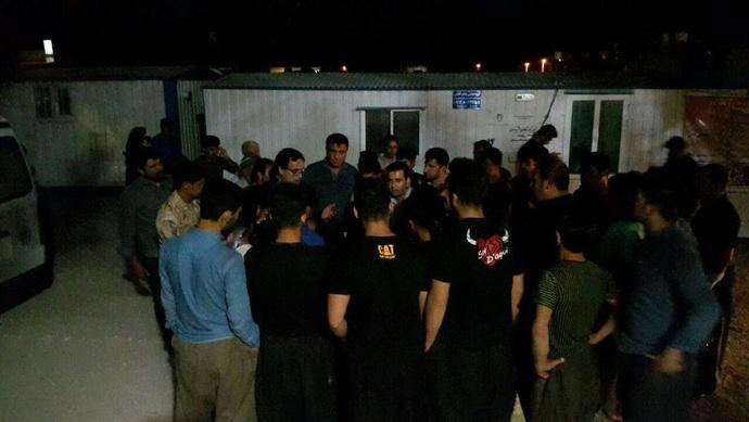 تجمع مردم وحشتزده ثلاث باباجانی و تلاش فرماندار برای دادن آرامش به آنان در درمانگاه شهر تازه آباد