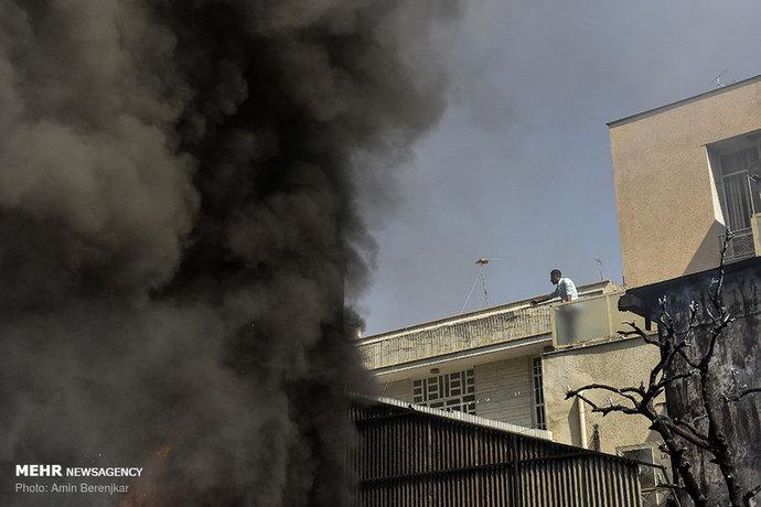 انبار و تولیدی تزئینات خودرو در خیابان انقلاب شیراز طعمه حریق شد.