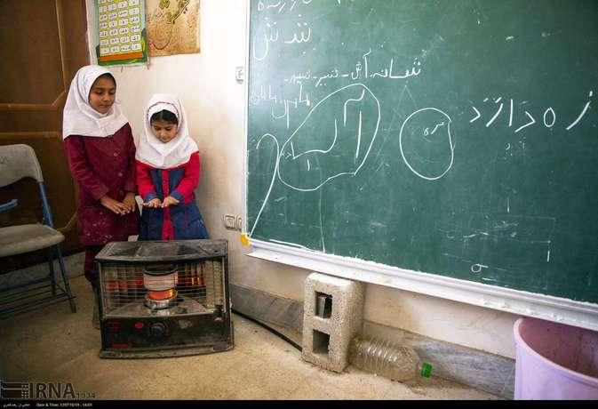 ایرنا گزارشی منتشر کرده از مدرسه عشایری در استان فارس. در بخشی از این گزارش آمده است:  سیستم گرمایشی در این مدرسه با بخاری نفتی است و هر دانشآموز یک بطری همراه خود دارد که هر روز صبح از خانه نفت برای بخاری نفتی کلاس شان می آورند.