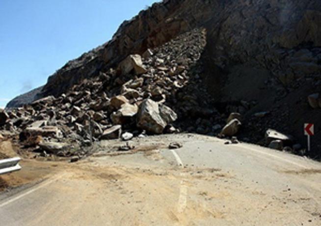 بر اثر ریزش کوه، راه ارتباطی ۱۱ روستا با مرکز شهرستان اردل قطع شد