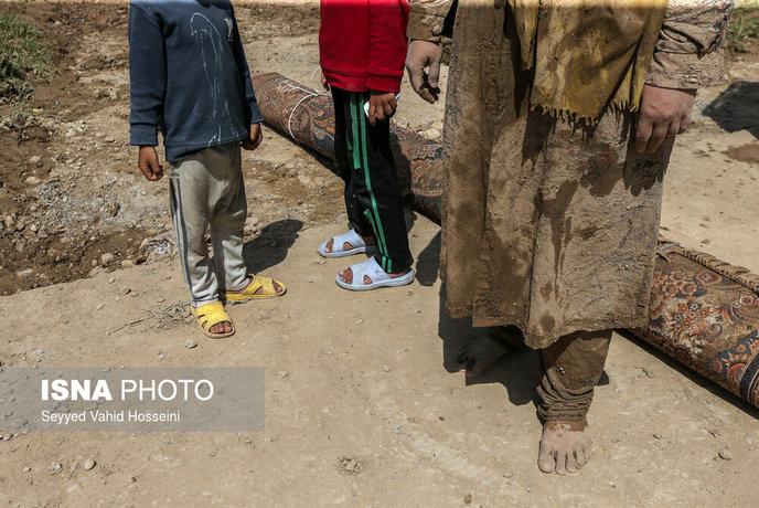 سیل خانههایشان را خراب کرده. همه امیدها را ناامید کرده و مصیبت از زمین و آسمان میبارد. اما چیزی که حقیقی است این است که زندگی ادامه دارد و باید همین اندک باقیمانده زندگی را از لای گل و لای دراورد و زندگی را ادامه داد. تصاویری که برایتان انتخاب کردیم از زنان روستاهای حمیدیه، چم مهر و خرسدر علیای پلدختر، بامدژ خوزستان است.