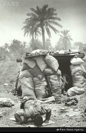 نماز شکر یک رزمنده پس از فتح خرمشهر. عکاس: امیرعلی جوادیان