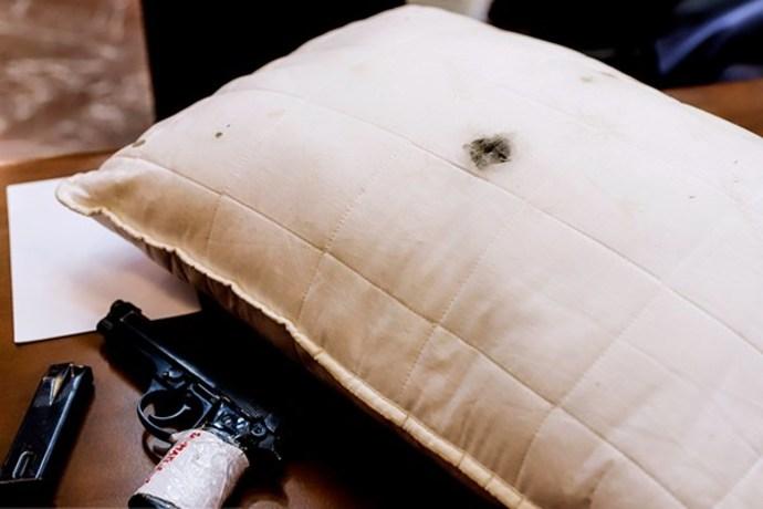 بالشتی که نجفی در حین ارتکاب جرم از اتاق خواب برداشته و به سمت مقتوله برده و در زمان شلیک گلوله به همراه داشت روی میز نماینده دادستان قرار گرفت.