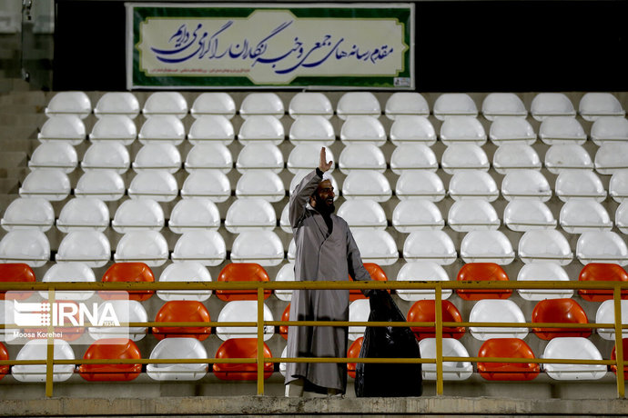 جمعآوری زبالههای ورزشگاه در جریان بازی دیروز  استقلال و گلریحان البری توسط یک روحانی