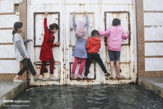 در روزهای اخیر استان خوزستان شاهد ورود سامانه بارشی به این استان بود و بیشتر شهرهای خوزستان از سوی این سیراب شدند اما پس از باران معضلی که همواره برای مردم خوزستان به وجود آورده بالا آمدن فاضلاب های شهری است. شهرک بسیج کوت عبدالله از توابع شهرستان کارون که در فاصله ۵ کیلومتری اهواز واقع است این روزها شاهد خروج فاضلاب های شهری و ورود این آب های آلوده و کثیف به منازل مردم است به طوری که بعضی از مردم این منطقه برای حفظ سلامتی خود و فرزندان شان خانه های خود را رها کرده و رفته اند. به گفته مردم ۳ سال است که این منطقه با مشکل مواجه است و مسئولین تنها وعده می دهند و هیچ گونه کار اجرایی انجام نداده اند.