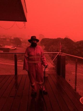 برخی شهروندان استرالیایی در حال آبپاشی روی منازل خود هستند