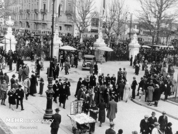 جمع شدن مردم در مقابل ورودی اصلی نمایشگاه پورتا دومودوسولا در میلان، ایتالیا