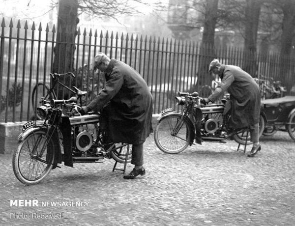 شاهزاده آلبرت و شاهزاده هنری با موتورسیکلت خود در دانشگاه کمبریج در انگلستان