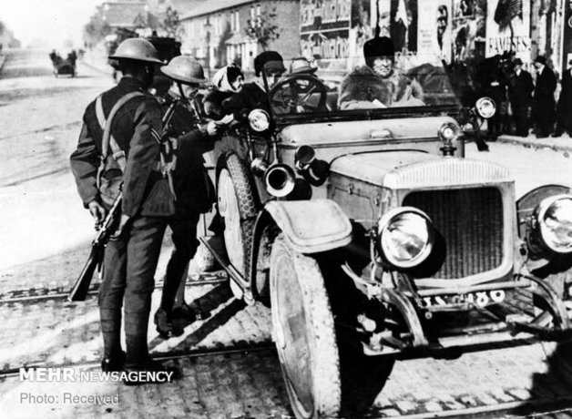 مأموران مجوز رانندگی یک خانم راننده را در دوبلین بررسی می کنند