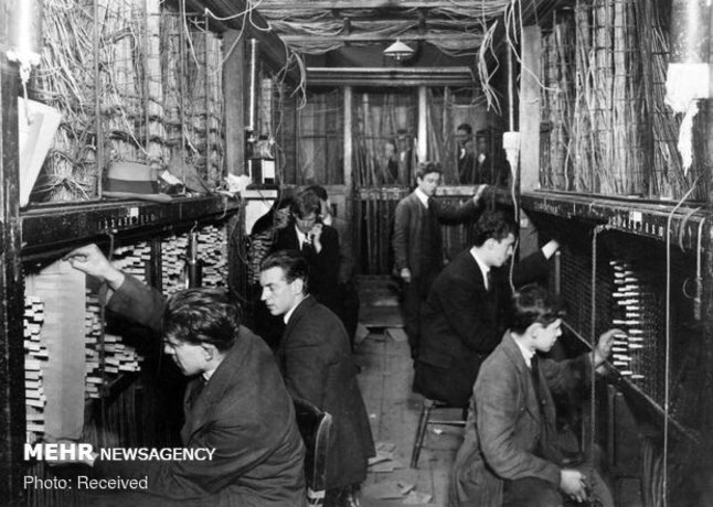 افرادی در حال کار در یک مرکز تبادل تلفنی در لیورپول