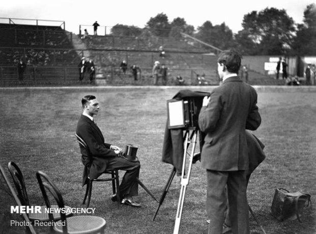 شاهزاده آلبرت برای گرفتن عکس در زمین دو و میدانی در استمفورد بریج در لندن برروی صندلی نشسته است