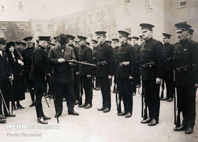 فرمانده ارشد ایرلند در حال بازدید از اسلحه یک سرباز