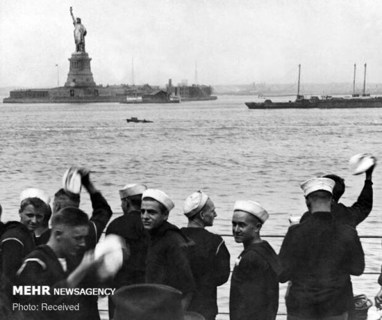 عکسی از ملوانان هنگام عبور از کنار مجسمه آزادی در بندر نیویورک