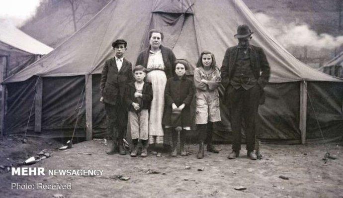 تصویر یک خانواده مقابل چادر خود در اردوگاه مهاجمان در رد ژاکت، ویرجینیای غربی، آمریکا