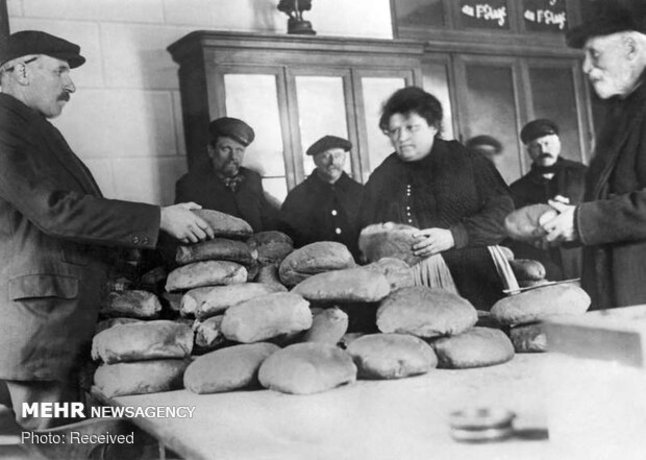 مردم در نانوایی در فرانسه نان می خرند. به منظور کاهش قیمت، نان به میزان یک فرانک در هر کیلو فروخته می شد و نانوایی هایی که حاضر به مطابقت با این قیمت نبودند بسته می شدند