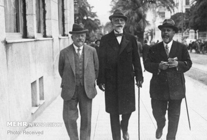مقامات کنفرانس صلح سن رمئو در حال پیاده روی در شهر ایتالیا ، کنفرانس سن ریمو یک نشست بین المللی شورای عالی متفقین پس از جنگ جهانی اول بود که از 19 تا 26 آوریل برگزار شد