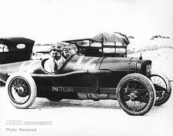ویلی هاوپت راننده اتومبیلرانی آمریکایی در حال آماده شدن برای شروع مسابقه
