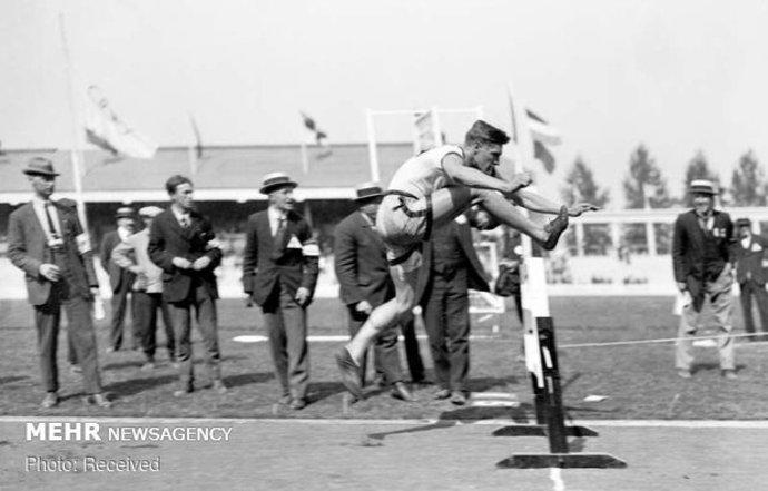 ارل تامسون از کانادا در حال مسابقه دو 110 متر پرش از مانع، المپیک تابستانی در بلژیک