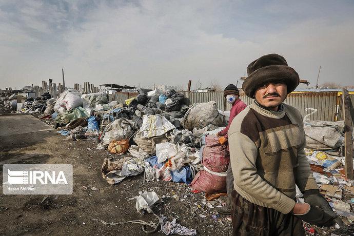 عدهای در برخی از مناطق و حومه شهر تهران مشغول خرید و فروش زباله و زباله گردی هستند. زباله گردی در سال های اخیر در تهران و شهرهای مختلف کشورمان به شغل تبدیل شده که روز به روز طرفداران آن بیشتر می شود و تعداد زباله گردها و پلاستیک و کاغذ جمع کن ها رو به افزایش است. برخی مشکلات از جمله عوامل مهم گرایش و شیوع معضل زباله گردی در کشور هستند که این پدیده منشا بروز مشکلاتی چون مبتلا شدن این افراد به بیمارهای خطرناک و شیوع آنها در جامعه، به وجود آمدن آلودگی و چهره زشت برای شهرها و دیگر معضلات اجتماعی است. تصاویر اتوبان آزادگان، جاده قدیم قم، پاسگاه نعمت آباد، یوسف آباد را نشان می دهد.