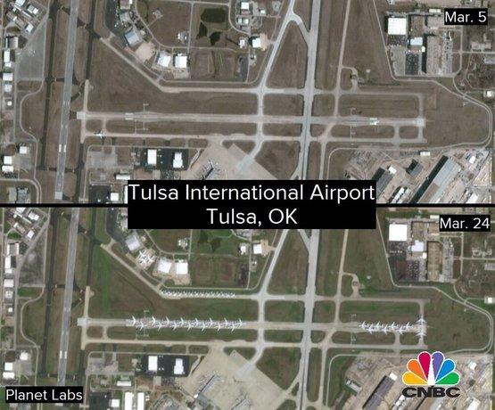 تصویر هواپیماهای امریکن ایرلاین را نشان میدهد که در باندهای بلااستفاده فرودگاه بینالمللی تولسا پارک شدهاند.