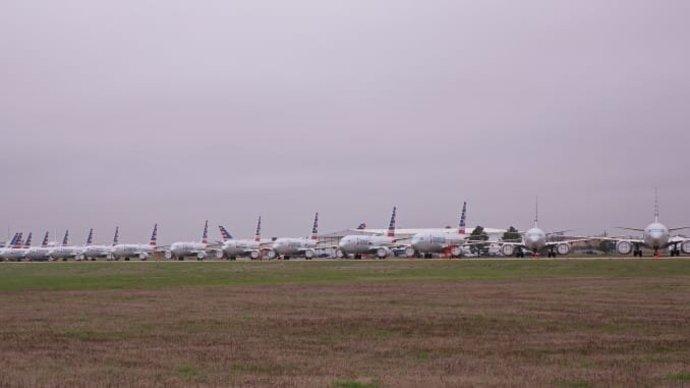 تصاویر هواپیماهای پارک شده در فرودگاههای پتینزبورگ و پنسیلوانیا را نشان میدهد